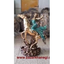 مجسمه زن اسب سوار